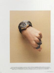 Bernhard Grassl Juwelier München Presse Vogue 11/2017 Armreif aus rutheniertem Roségold mit Brillianten und Ring aus Eisen und Platin mit schwarzen Brillianten
